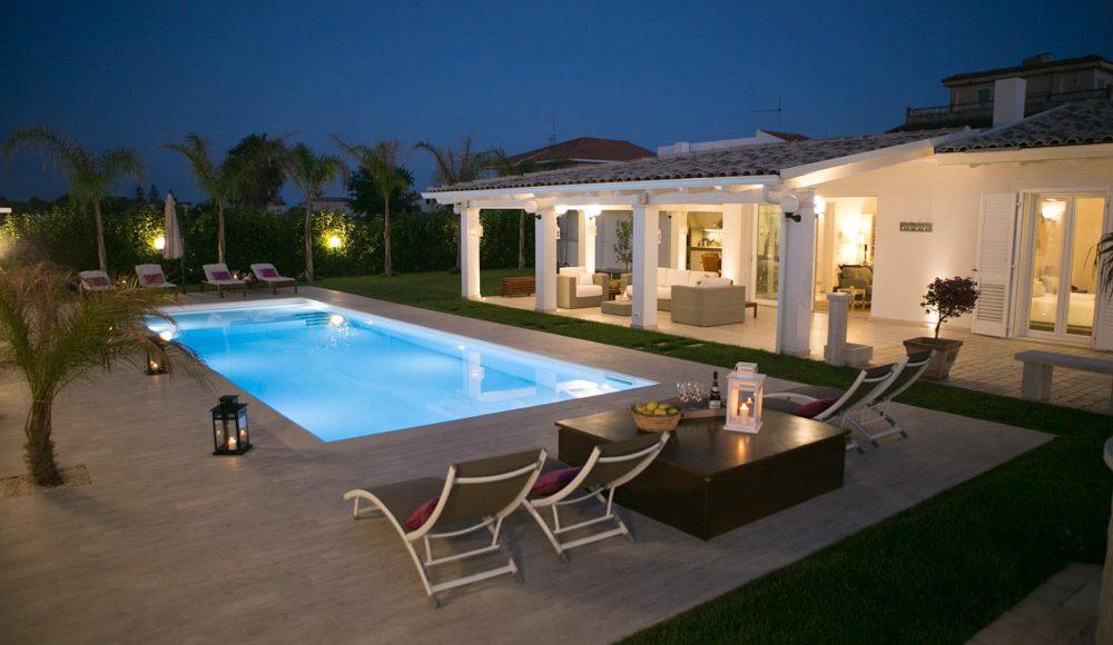 Villa iris villa with pool in ragusa near the beach for Case moderne con piscina