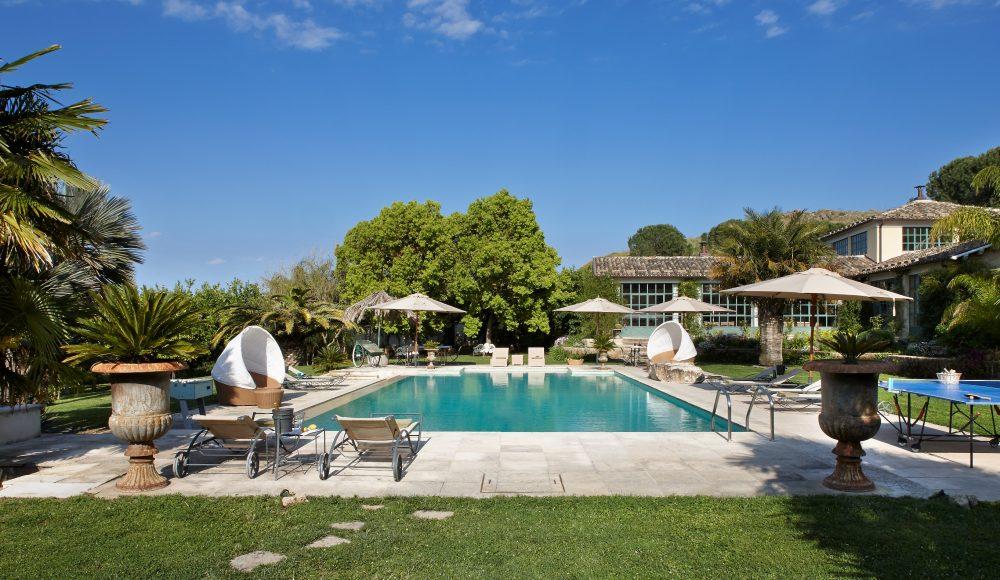 Villa with garden swimming pool and tennis court zagara for Anda garden pool villas